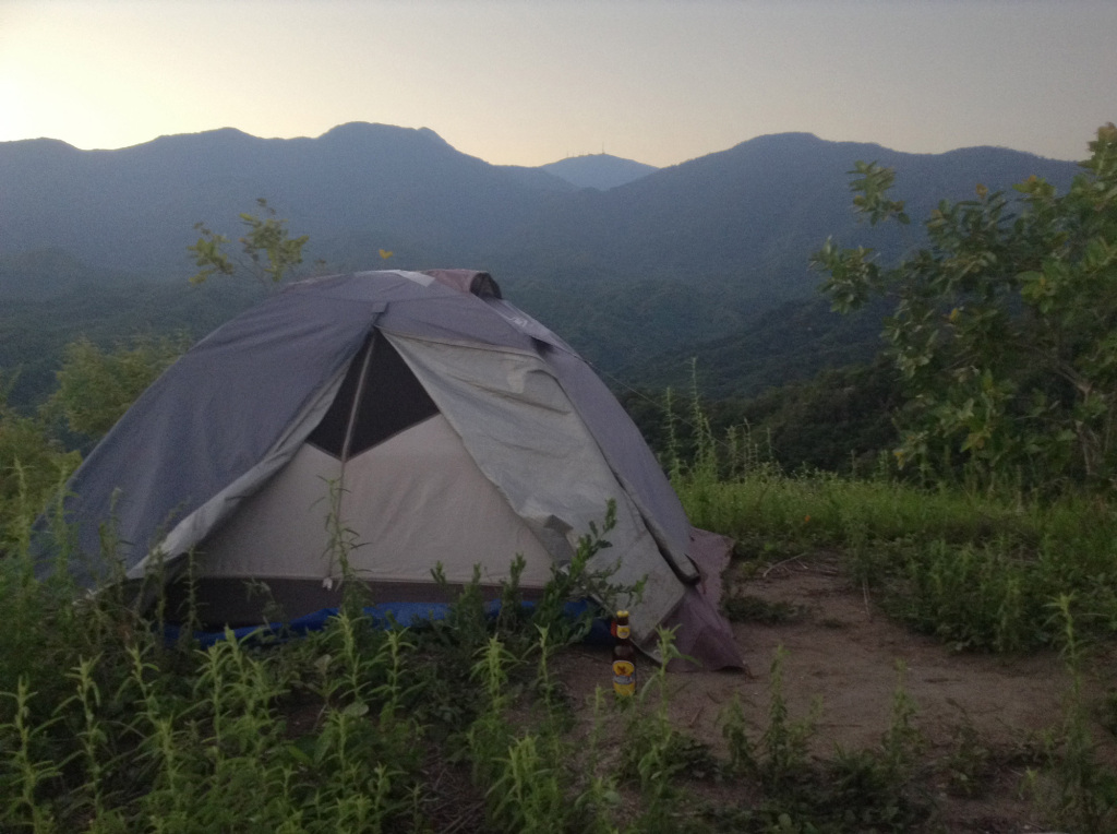 Tent and mountains during sunrise at the Santa Marta viewpoint