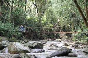 Carpe Diem is located alongside the beautiful Manzanares river, just after crossing the bridge.